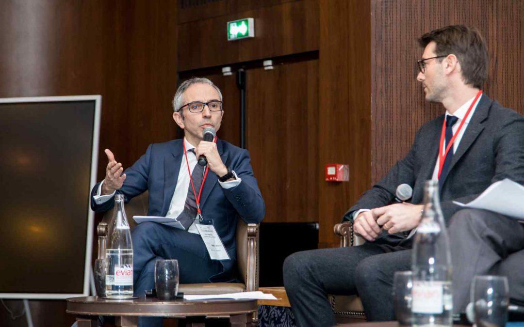 Joël Malabat modère un panel lors de la seconde conférence de l'observatoire du carve-out